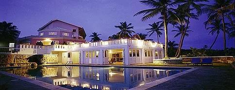 Aussenansicht des 4-Sterne Hotels Blue Haven auf Tobago bei Nacht