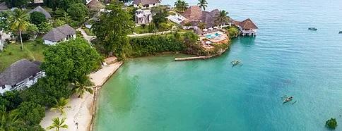 Luftaufnahme einer Bucht mit Hotelanlage in Zanzibar Chuini Lodge