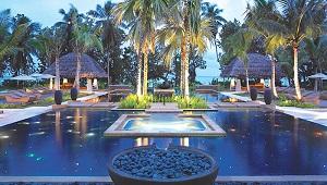 Zen Pool am Abend im 5-Sterne Hilton Seychelles Labriz Resort & Spa auf der Privatinsel Silhouette Island.