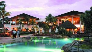 Poollandschaft am Abend im 5-Sterne Hotel Hilton Mauritius Resort und Spa.
