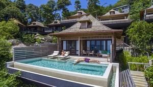 Grand Ocean Suite von ausssen mit privatem Pool im 5-Sterne Hilton - Northolme Resort & Spa auf den Seychellen. Mann springt ins Wasser, Frau liegt auf Liege.
