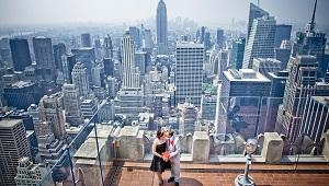 Ein kuessendes deutsches Brautpaar nach der Trauung auf dem Rockefeller Center in New York.