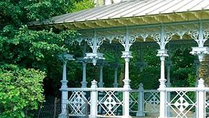 Ladies Pavillion im Central Park in New York. Weiße gusseiserne Pfeiler im Viktorianischen Stil.