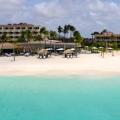 Anlage und Strand vom Meer aus betrachtet des 4-Sterne Plus Hotel Bucuti & Tara Beach Resort.