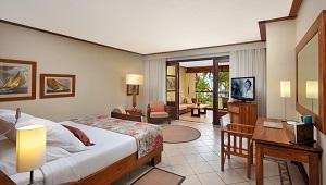 Innenansicht eines Beachfront Zimmers im im 5-Sterne Hotel Paradis Beachcomber Golf Resort und Spa.