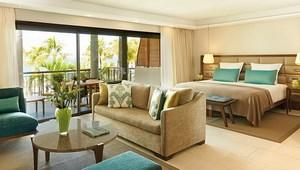 Innenansicht einer Tropical Suite mit Baklon und Blick auf das Meer im 6-Sterne Hotel Royal Palm Beachcomber Luxury auf Mauritius.