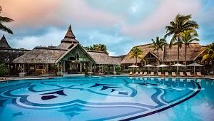 Der Hauptpool mit Blick auf das hauptgebaeudeStrand mit Liegen und Daybeds im 5-Sterne Hotel Shandrani Beachcomber auf Mauritius.
