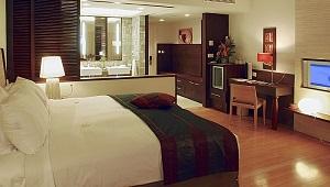 Doppelbett und Bad im Luxury Zimmer im 5-Sterne Sofitel Imperial Resort & Spa auf Mauritius.