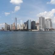 Skyline von New York von der Faehre aus betrachtet.