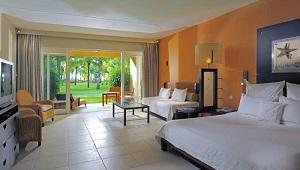 Deluxe Zimmer im Erdgeschoss mit Terrasse und Blick in den Garten im 4-Sterne Victoria Beachcomber Resort & Spa.
