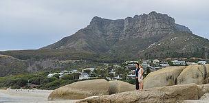 Brautpaar auf einem Felsen vor dem Tafelberg in Johannesburg.
