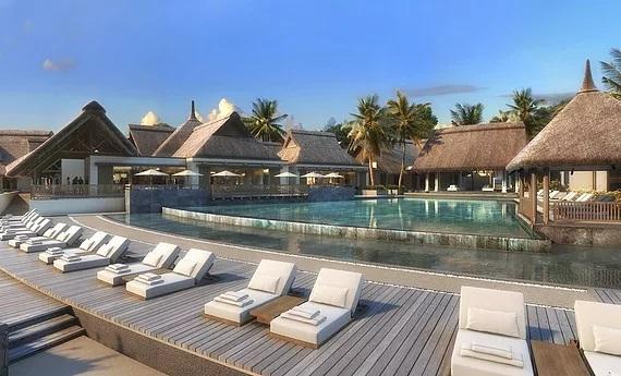 Pool mit Liegen im 4-Sterne Resort Preskil Beach auf Mauritius.