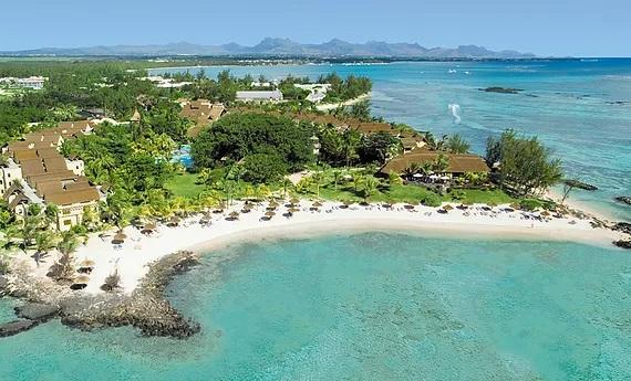 Luftaufnahme der Lagune mit weißem Sandstrand im Hotel Canonnier Beachcomber auf Mauritius