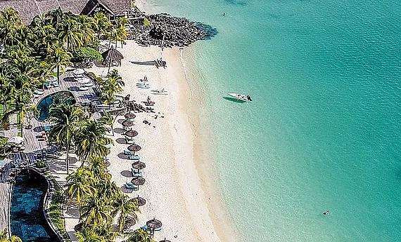 Luftaufnahme auf den Strand und Pool vom 6-Sterne Hotel Royal Palm Beachcomber auf Mauritius.