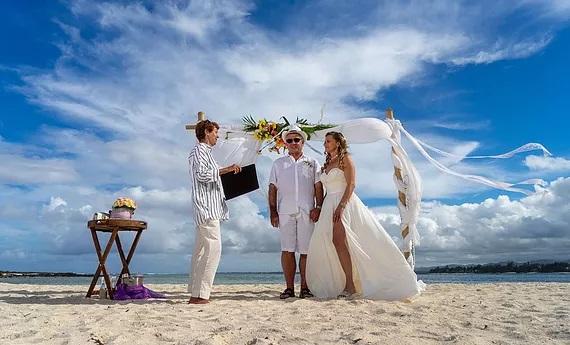 Trauungszeremonie einer freien Trauung am Strand von Mauritius. Weddingplannerin Eva Beumers.