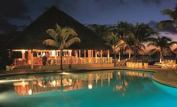 Pool und Bar am Abend im 3-Sterne Hotel Merville Beach in Mauritius.