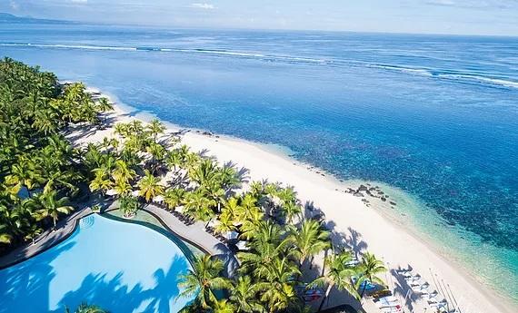 Luftaufnahme des 4-Sterne Victoria Beachcomber Resort und Spa mit Pool und langem weißem Sandstrand.
