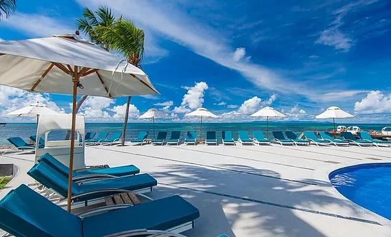 Sonnendeck im 5-Sterne Hotel Coco de Mer and Black Parrot Suites auf der Insel Praslin, Seychellen.