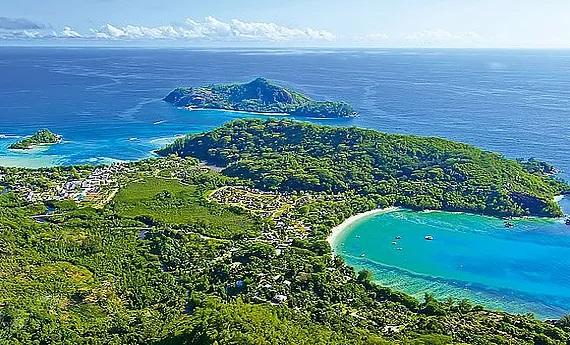 Luftaufnahme des 5-Sterne Resorts Constance Ephélia in Mahe, Seychellen.