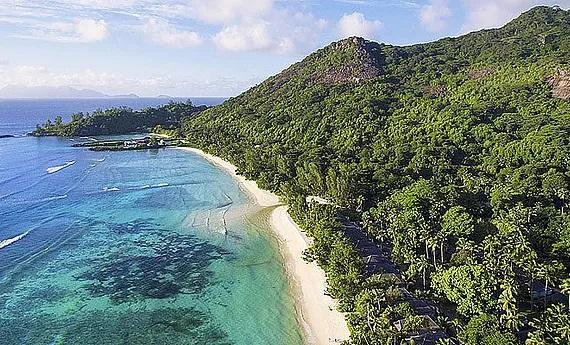 Luftaufnahme des langen Sandstrands im 5-Sterne Hilton Seychelles Labriz Resort und Spa auf der Privatinsel Silhouette Island.