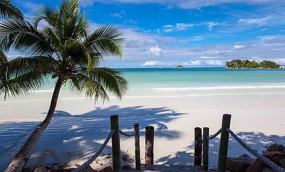 Der weisse Sandstrand vom 4-Sterne Hotel Le Duc de Praslin, auf den Seychellen.