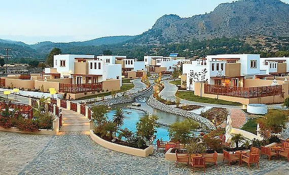 Anlage mit Pool des 5-Sterne Hotels Lindian Village in Lardos auf Rhodos.