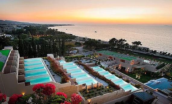 5-Sterne Hotel Amanthus Elite Suites und Spa auf Rhodos. Blick ueber das Hotel und auf das Meerbei Sonnenuntergang.