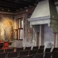 Das Freskenmuseum in Verona heiraten wie Julia in Verona. Stuehle fuer eine Hochzeitsgesellschaft und Tisch fuer den Standesbeamten und das Brautpaar.