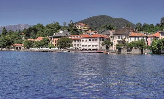Blick ueber den See auf das 4-Sterne Hotel San Roco am Ortasee.