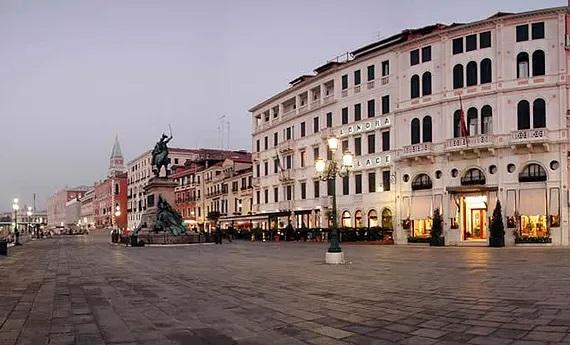 Fassade des 4-Sterne Hotels Londra Palace in Venedig.