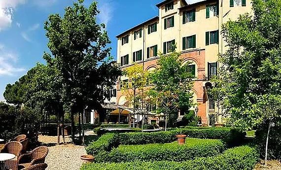 Aussenansicht und Garten des 4-Sterne Hotels Palazzo Ravizza in Siena fuer Heiraten in Italien.