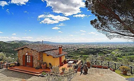 Luftaufnahme des Landhauses Villa I Sette Borghi in der Toskana mit Blick ins Tal.