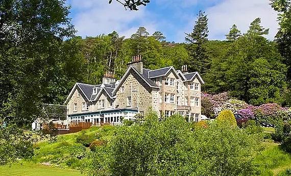 Außenansicht auf das 4-Sterne Hotel Duisdale House auf der Isle of Skye in Schottland.
