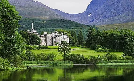 Blick ueber den See auf das im 5-Sterne Hotel Fort Willilam - Inverlochy Castle in Schottland.