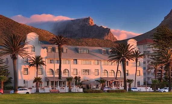 Aussenansicht des Aussenfassade des 4-Sterne Hotels Winchester Mansions, in Kapstadt bei Sonnenuntergang.