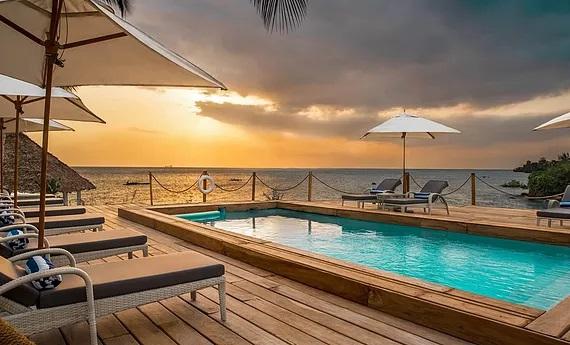 Pool in der Abenddaemmerung im 4-Sterne Hotel Chuini Zanzibar Beach Lodge.