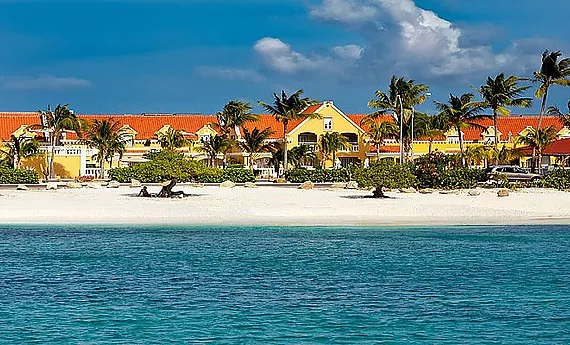 Blick von Strand auf das 4-Sterne Hotel Amsterdam Manor Beach Resort in Aruba. Hieraten in der Karibik.
