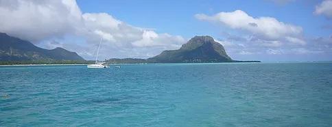 Katamaran auf dem Meer vor dem Le Morne Brabant auf Mauritius.