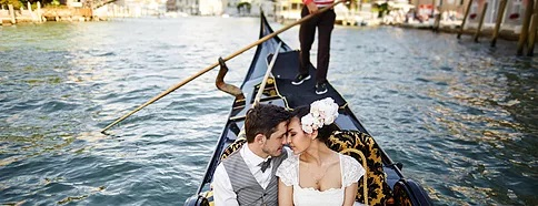 Brautpaar in Gondel in Venedig.