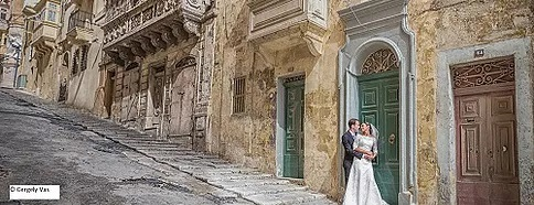 Brautpaar in einer Straße in Malta. ©Copyright Gergely Vas
