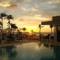 Pool im Sonnenuntergang im 4-Sterne Plus Hotel Bucuti & Tara Beach Resort.