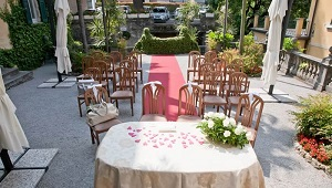 Hochzeitsdekoration im Standesamt in Bellagio.