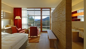 Superiorzimmer mit Blick auf die Berge im 5-Sterne Hotel Vigilus am Vigiljoch bei Meran.