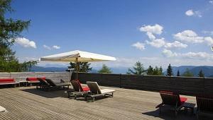 Terrasse im 5-Sterne Hotel Vigilus am Vigiljoch bei Meran.