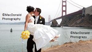 Braeutigam hebt Braut hoch und kuesst sie vor der Golden Gate Bridge © MacDonald Photography