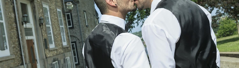 Porträt eines liebenden schwulen männlichen Paares an ihrem Hochzeitstag.