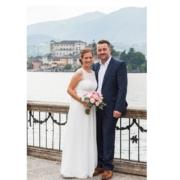 Stehendes Brautpaar im 4-Sterne Hotel San Roco am Ortasee.