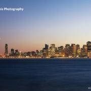 Die San Francisco Skyline von Baker Beach aus betrachtet bei Nacht. Links die beleuchtete Golden Gate Bridge,