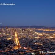 Die Skyline von San Francisco aus der Luft betrachtet und bei Nacht mit beleuchteten Strassen.