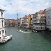 Canale Grande in Venedig mit historischen Gebaeuden und Booten. 2 Gondeln mit Gondoliere.